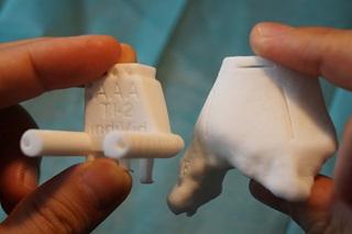 A célzósablon és a sípcsont 1:1 modellje a 3D-nyomtatóból sterilizálás után kerül a műtőasztalra.