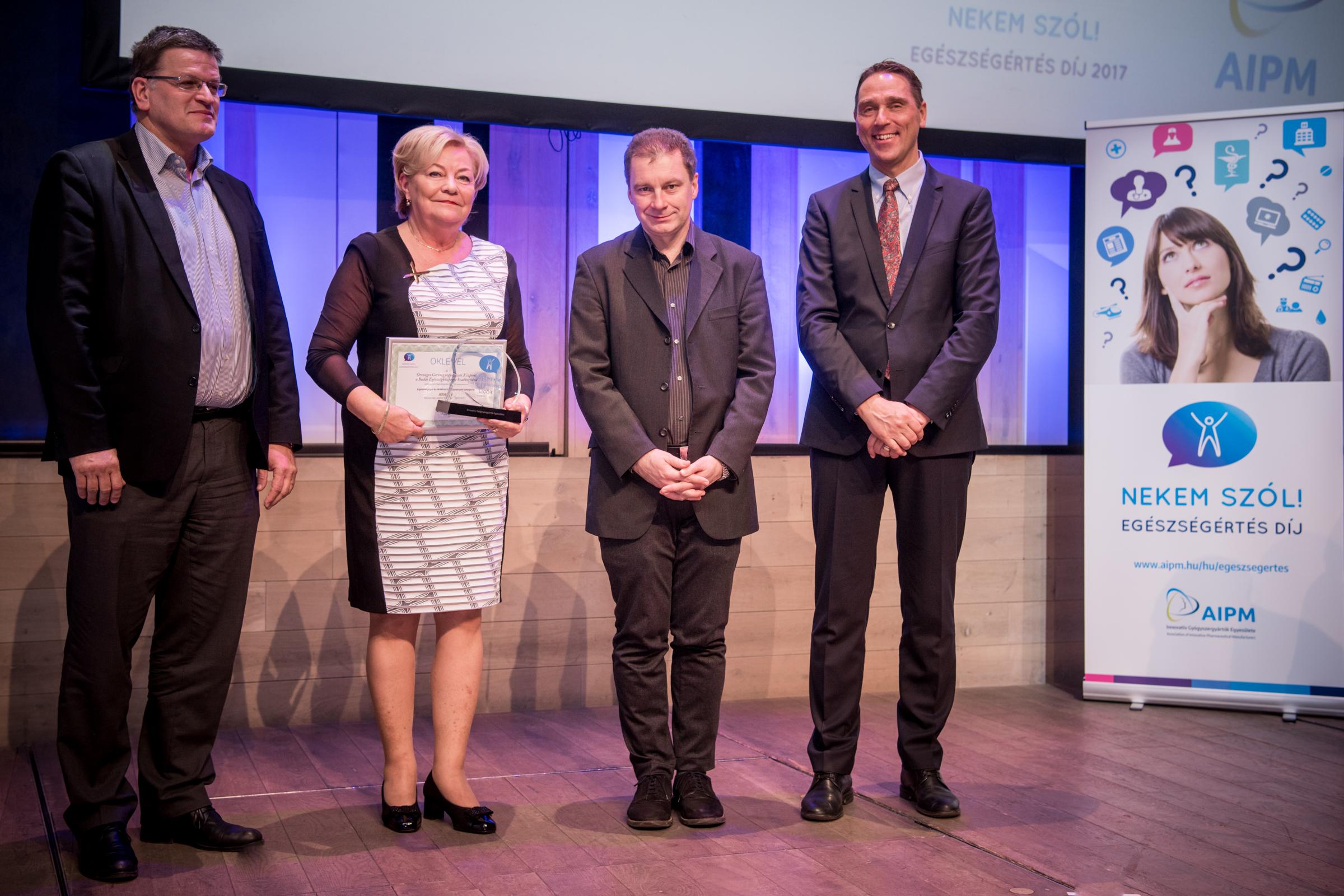 Az Országos Gerincgyógyászati Központ képviselői a díjátadó ünnepségen.
