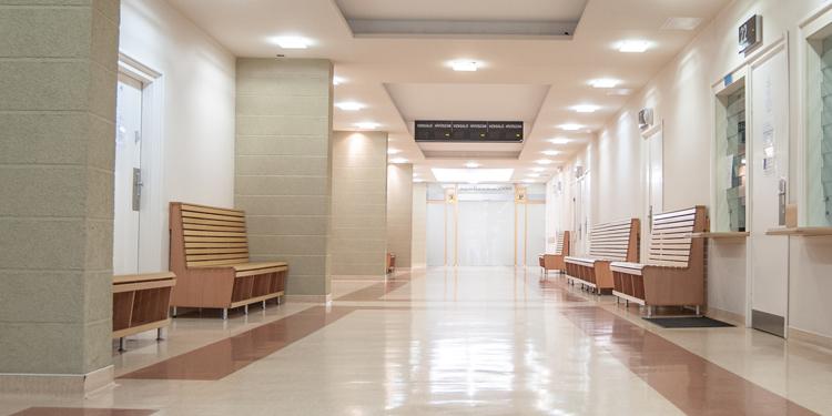 Az Országos Gerincgyógyászati Központ ambulanciájának folyosója.