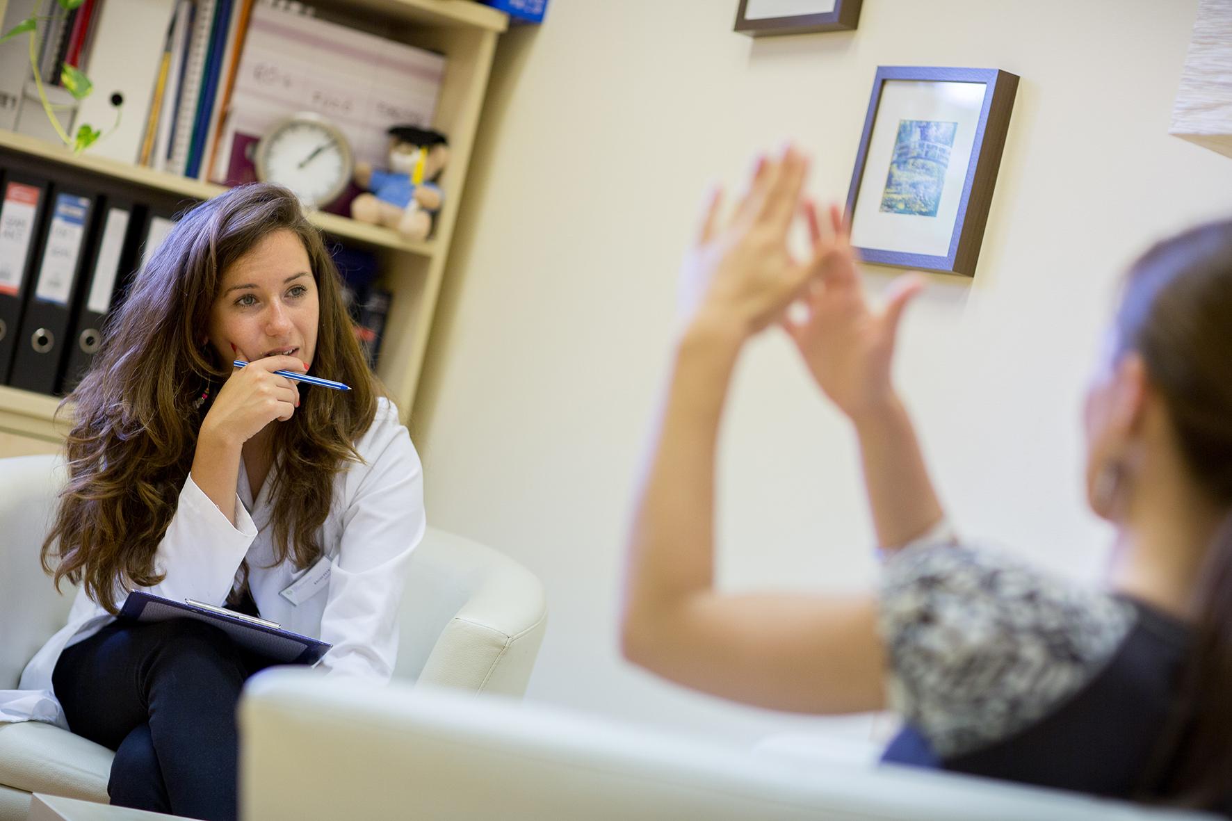 Bagdi Petra klinikai és mentálhigiéniai szakpszichológus konzultáció közben.