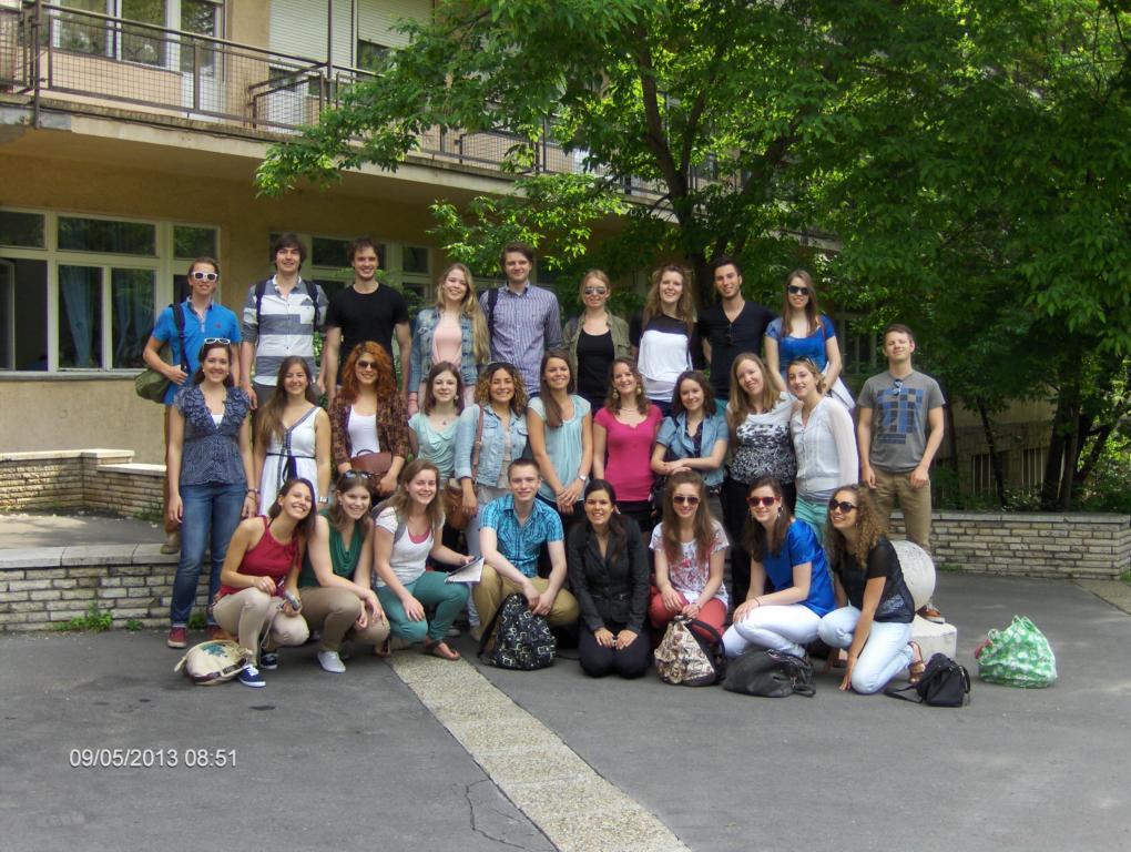 Rotterdami diákokról készült csoportkép az Országos Gerincgyógyászati Központ előtt.
