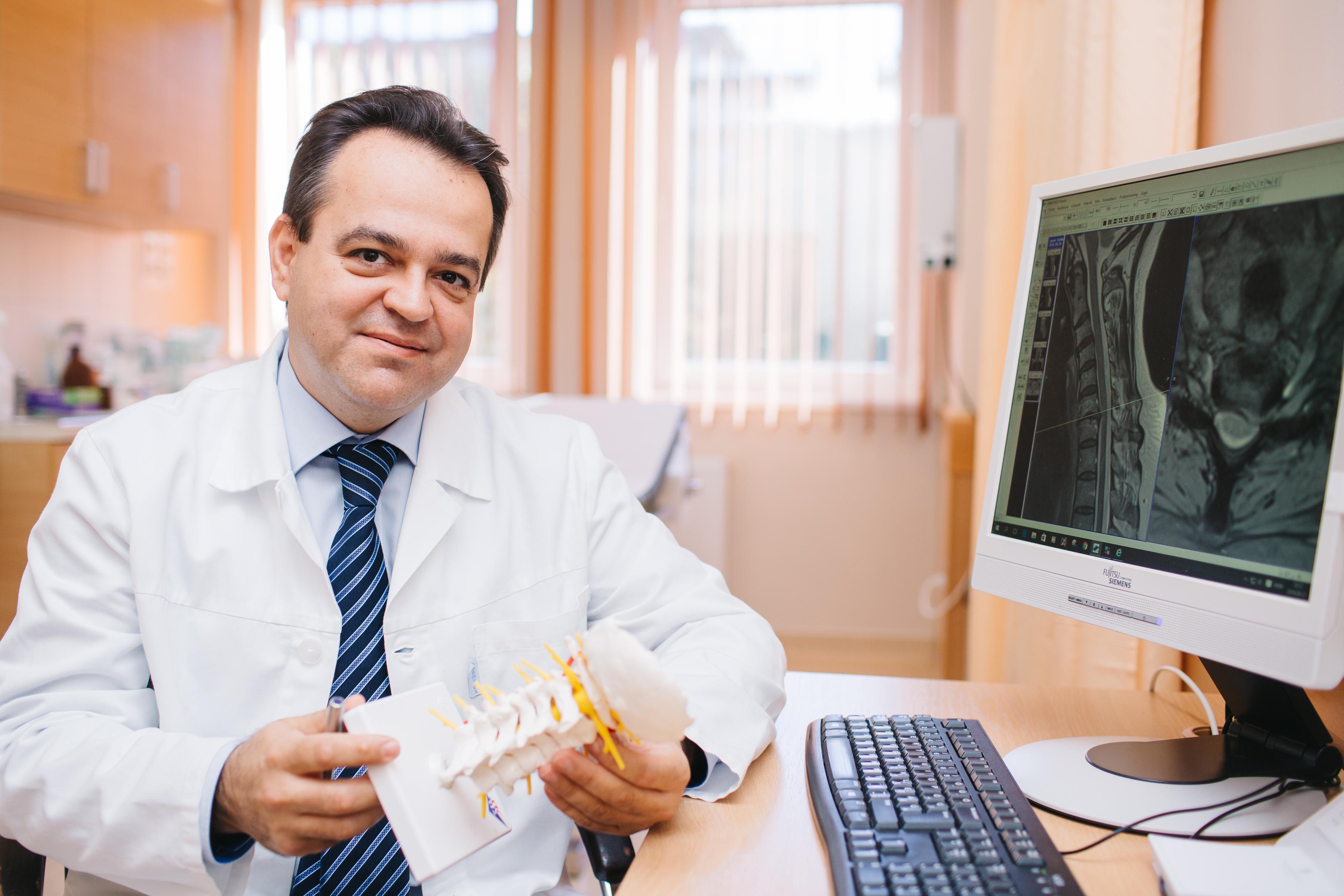 Dr. Szöllősi Balázs, az Országos Gerincgyógyászati Központ gerincsebész főorvosa
