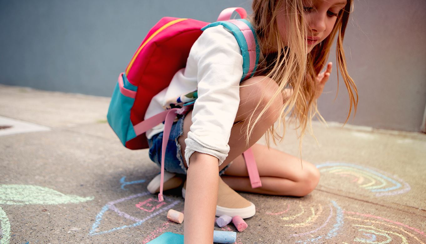 Fiatal lány iskolatáskával